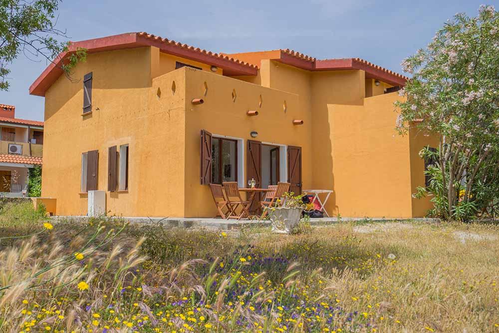 Ferienhaus bungalow und fewo details strandhaus in for Sardinien haus mieten