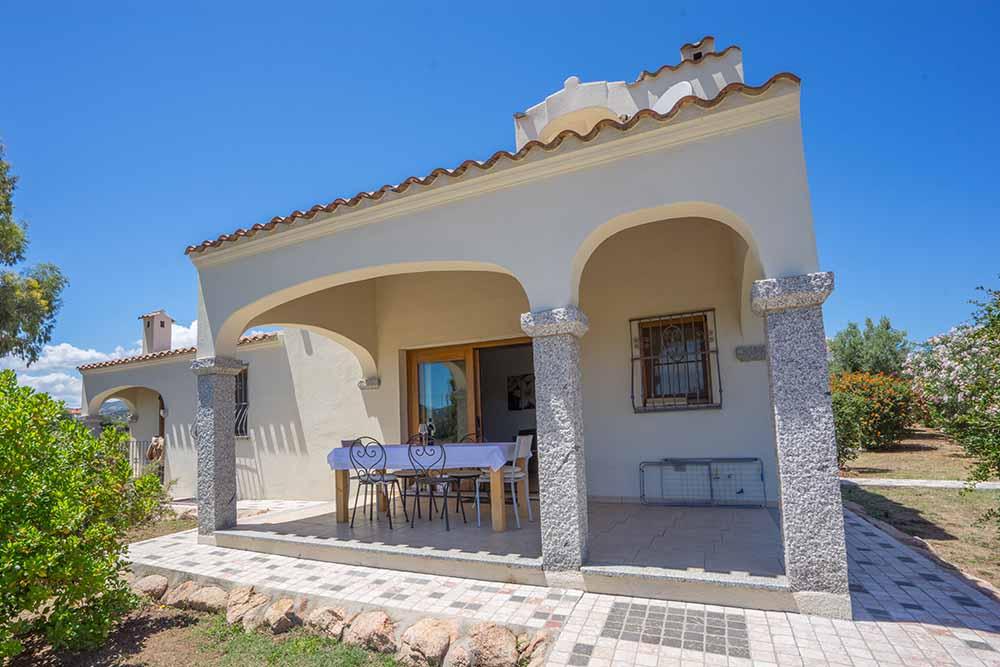 Ferienhaus bungalow und fewo details villa f r for Sardinien haus mieten